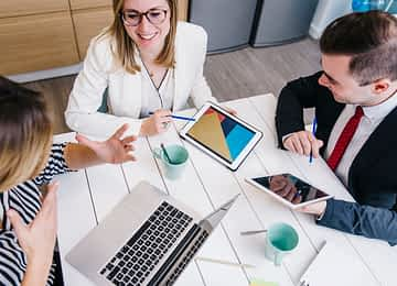 Agência de mkt digital ou freelancer: qual devo contratar?